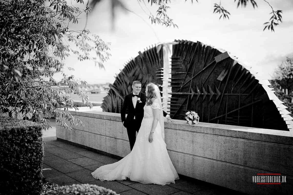 Bryllupsportrætterne lavede vi på havnefronten ved hotellet samt i Amaliehaven.