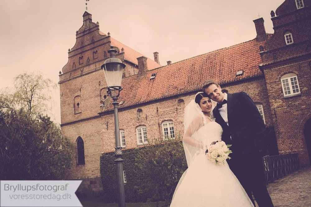 brudepar foran Holckenhavn slottet