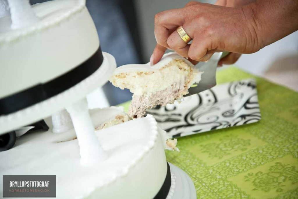 skæring af bryllupskage