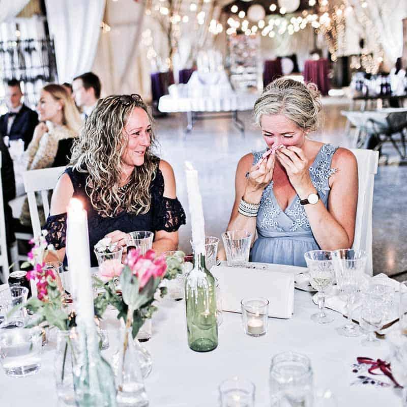 gæster ved bryllup i lade