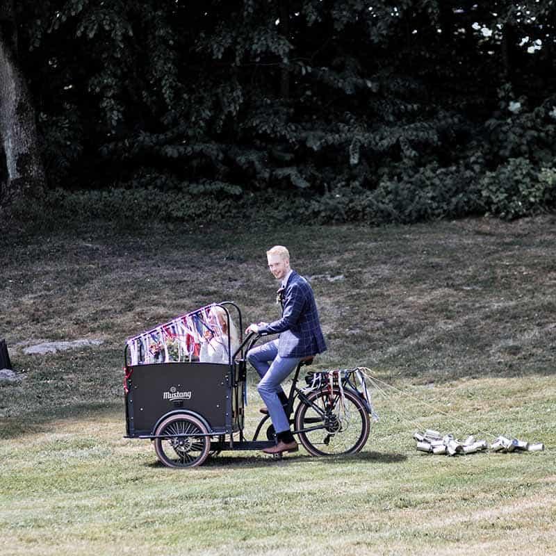 brudepar på cykel