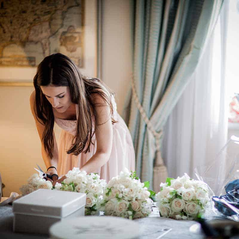 brudepige med blomster