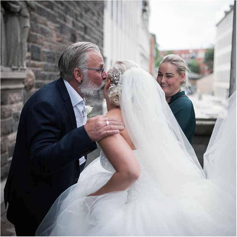 Bruden og far Elias Kirken