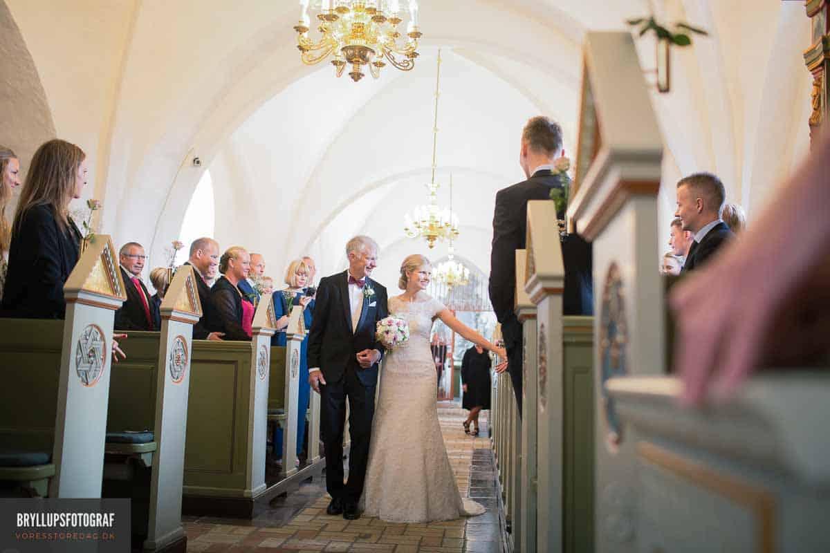 bruden med sin far i Vadum Kirke