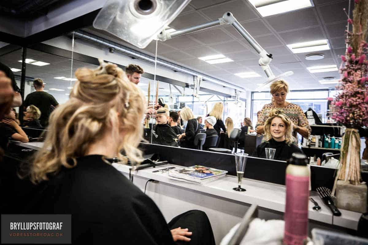bruden ved frisør i Svendborg