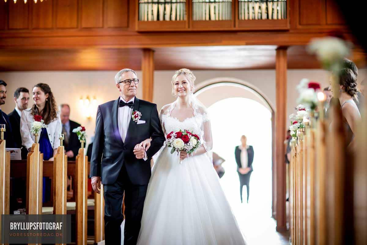 far fører bruden op til alteret i Fredens Kirke