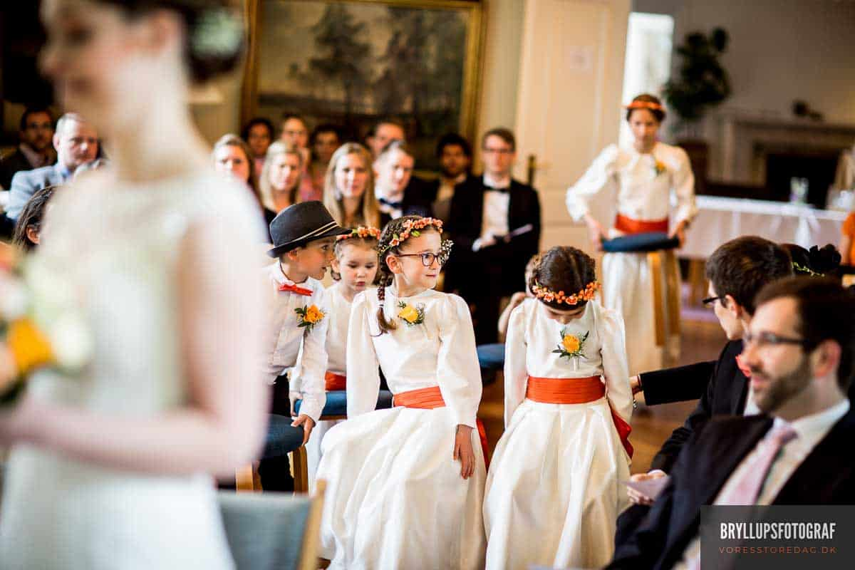 brudepiger i salen vielse på Skarrildhus