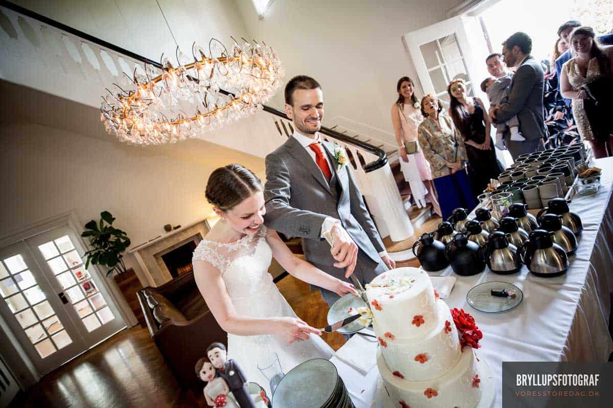 brudepar skærer kage Skarrildhus