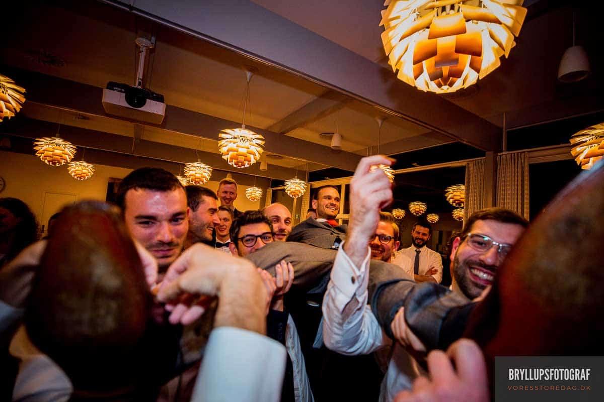 gommens strømper klippes bryllup på Skarrildhus