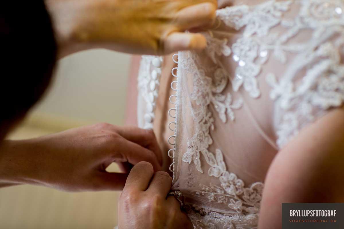 bruden kravler i kjolen brudekjolen skarrildhus