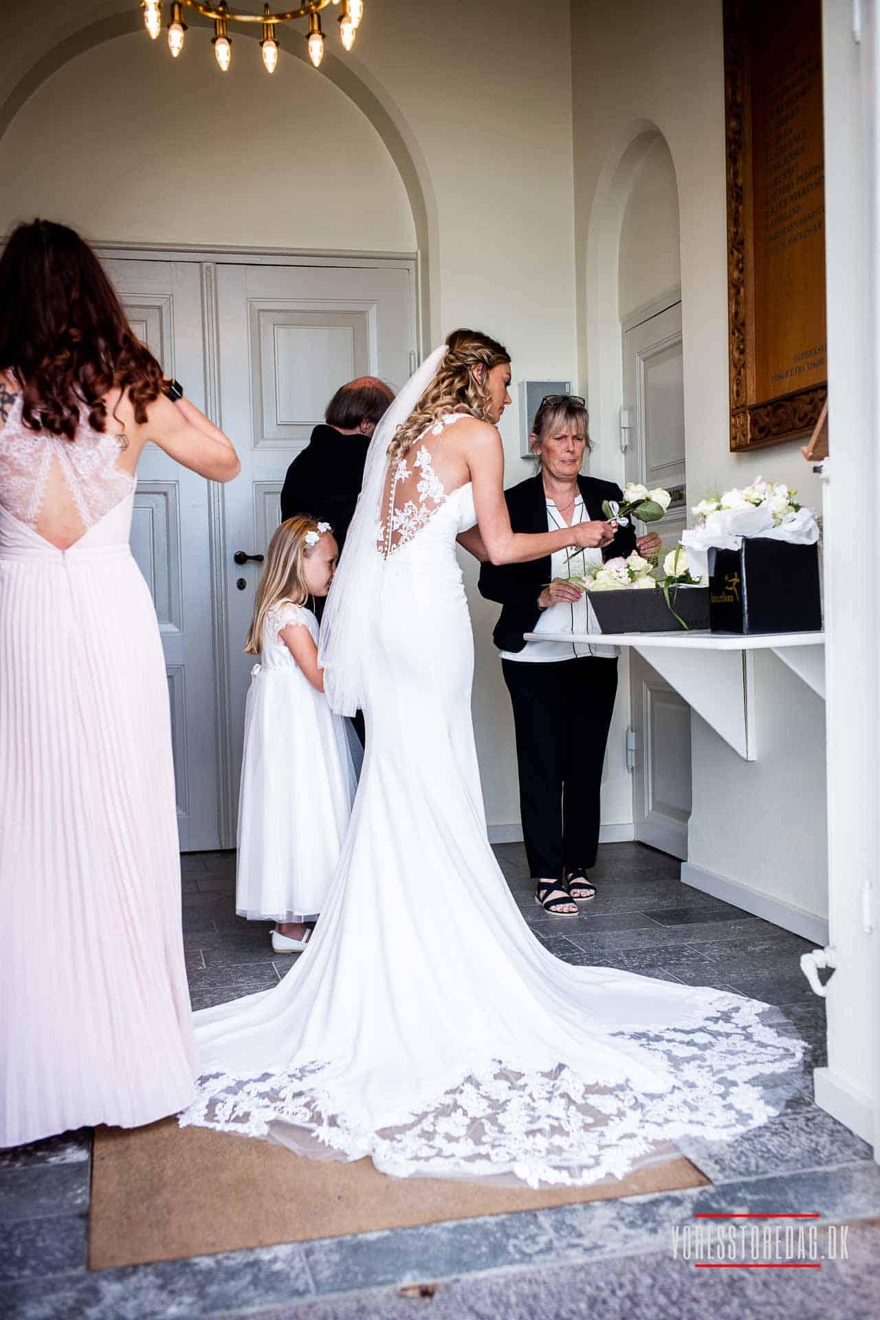 Bryllupsfotograferingen kan foregå i naturen, ved eller i kirken