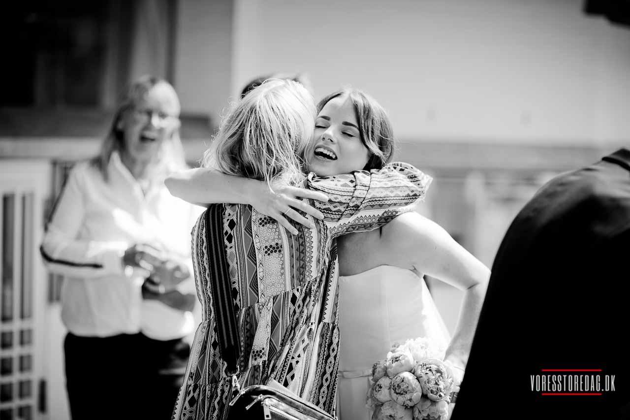 Dato for bryllup aftales med en af præsterne