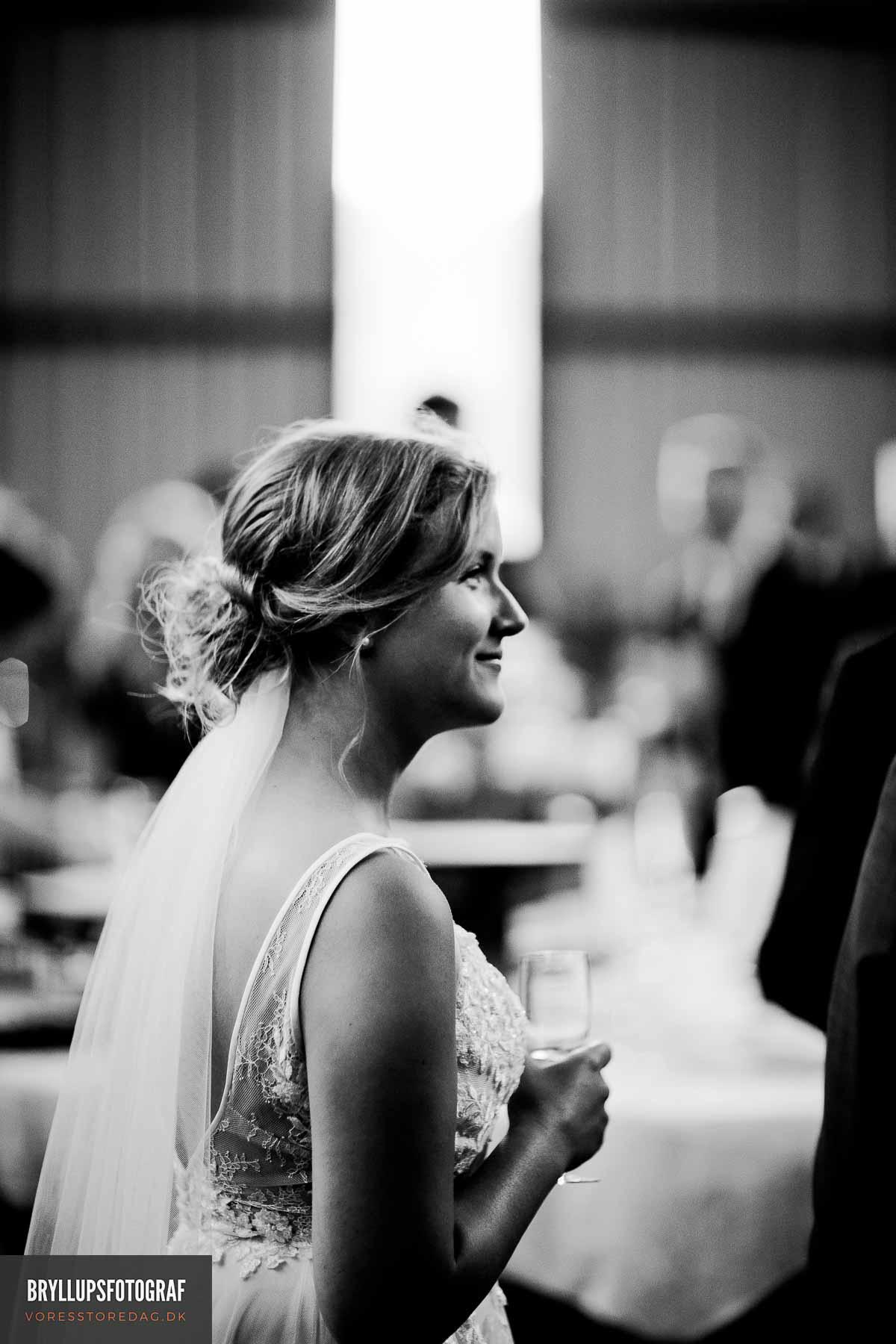 Autentisk bryllup i godsets lade