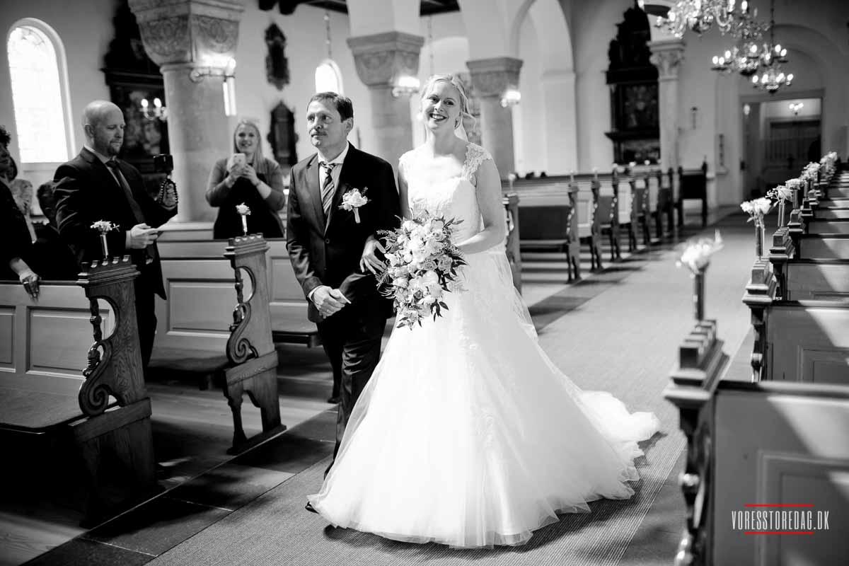 rå bryllupsbilleder mens andre ønsker helt klassiske billeder