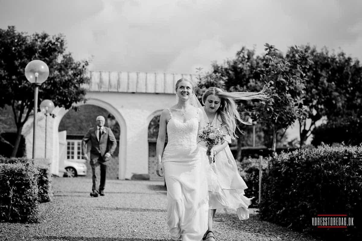 Bruden ankommer til bryllup på vestkysten
