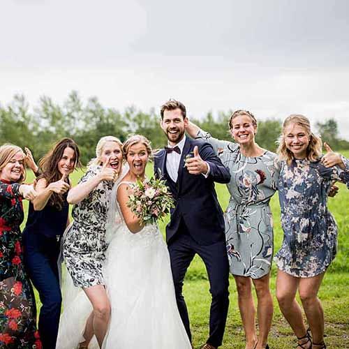 gæster ved bryllup med brud og gom