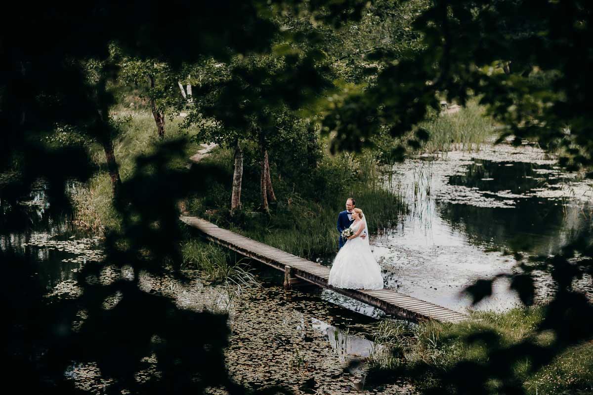 Bryllupsbilleder i en skov